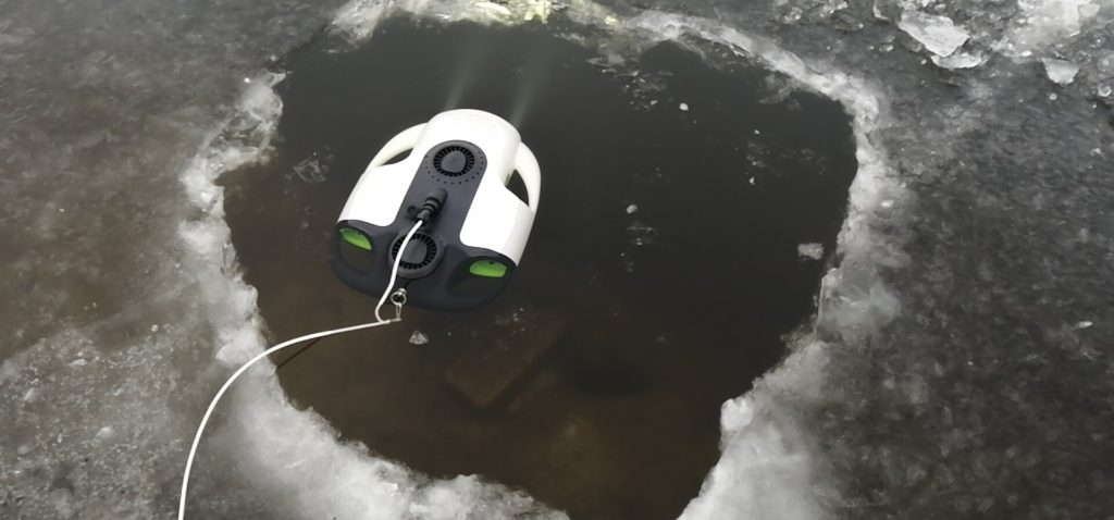 極端な氷下環境でも、水中ドローン BW Space Pro が正常に働きます。 氷上ワカサギ釣り、穴釣りに使えます。